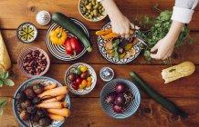 Schneiden von Gemüse an Holztisch Hand — Stockfoto