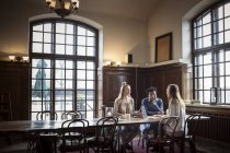 Freunde sprechen beim Sitzen im café — Stockfoto