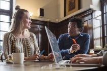 Amici ne durante l'utilizzo del computer portatile — Foto stock