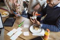 Amici utilizzare sticky notes — Foto stock