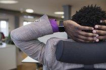 Бизнесмен расслабляется в офисе — стоковое фото