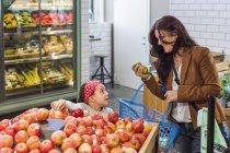 Щасливі мати і дочка, покупки — стокове фото