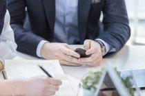 Geschäftsmann telefoniert bei Besprechung — Stockfoto