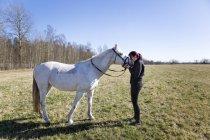 Cavalo de beijar mulher no campo — Fotografia de Stock