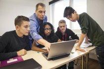 Учитель, объясняя школьников задачи — стоковое фото
