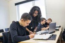 Schüler im Klassenzimmer — Stockfoto
