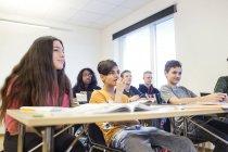 Scolari seduti in aula — Foto stock