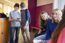 Школьники разговаривают в коридоре — стоковое фото