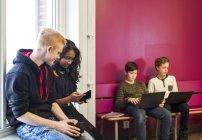 Школярі використовують ноутбуки — стокове фото