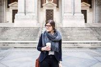 Tazza caffè azienda imprenditrice — Foto stock