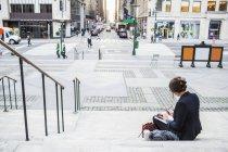 Donna di affari che lavorano seduti sui gradini — Foto stock