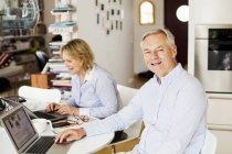 Mann mit Frau mit Laptop — Stockfoto
