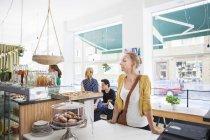 Mitte erwachsenen Frau wartet im café — Stockfoto