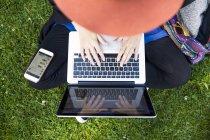 Freelancer usando laptop en park - foto de stock