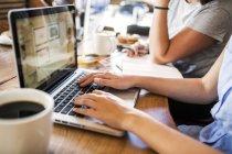 Перекладачі працюють на ноутбуці в кафе — стокове фото