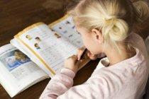Ragazza che fa i compiti — Foto stock