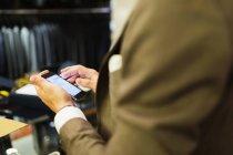 Venditore utilizzando smart phone — Foto stock