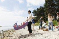 Picnic in famiglia che gode alla spiaggia — Foto stock