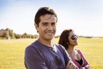 Glücklicher Mann mit Freundin — Stockfoto