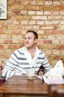 Homem adulto médio sentado no café — Fotografia de Stock