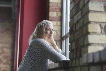 Вдумчивая молодая женщина — стоковое фото