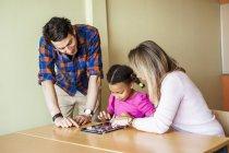Insegnanti con pittura della ragazza — Foto stock