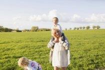 Fils de comptable femme enceinte — Photo de stock