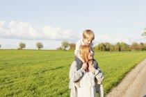 Вагітна жінка несучи сина — стокове фото