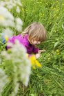 Girl playing on grassy field — Stock Photo