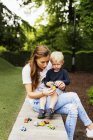 Матэр и сын играют — стоковое фото