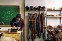 Travailleur à l'aide de la raclette — Photo de stock