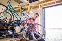 Man repairing bicycle tire — Stock Photo