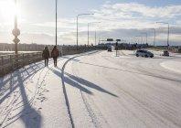 Frauen gehen auf Schnee überdachten Gehweg — Stockfoto