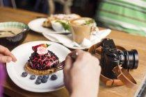 Uomo che mangia dessert — Foto stock
