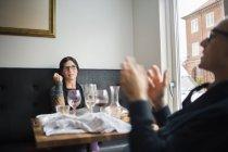 Riends Kommunikation beim Sitzen im restaurant — Stockfoto