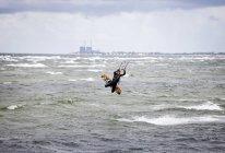 Кайтбординг женщина над морем — стоковое фото