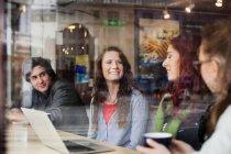 Amigos felizes desfrutando de loja de café — Fotografia de Stock
