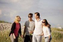 Giovani amici allegri — Foto stock