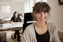Donna di affari che si siede nell ufficio creativo — Foto stock