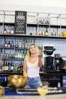 Щасливі жінка жонглювання на лічильник — стокове фото