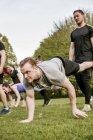 Amigos fazendo exercícios crossfit — Fotografia de Stock