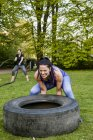 Femmes déterminées faisant des exercices de Crossfit — Photo de stock
