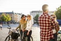 Freunde reden auf der Straße — Stockfoto