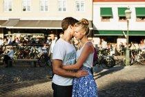 Молодая пара обнимает — стоковое фото