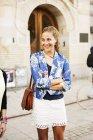 Felice donna in piedi braccia incrociate — Foto stock