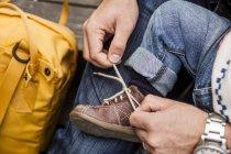 Father tying shoelace of baby girl — Stock Photo