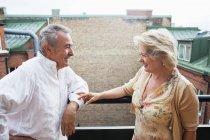 Feliz casal de pé por trilhos — Fotografia de Stock