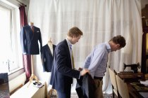 Maßgeschneiderte Unterstützung Mann für Anzug — Stockfoto
