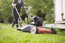 Femme tondre la pelouse — Photo de stock