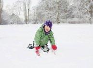 Ragazzo che gode nel campo di neve — Foto stock